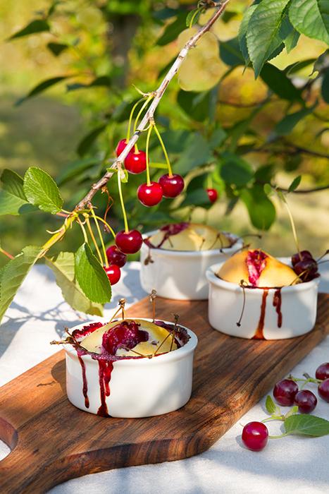 клафутти с вишней в саду под вишневым деревом